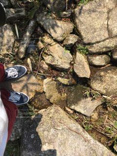 岩の上に座っている人の写真・画像素材[1083572]