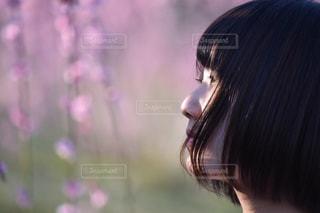 梅を見つめるショートヘアの女性の写真・画像素材[1069461]