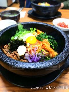 テーブルの上に食べ物のボウルの写真・画像素材[1065200]