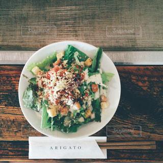 テーブルの上に食べ物のプレートの写真・画像素材[1065253]