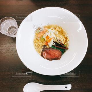 テーブルの上に食べ物のプレートの写真・画像素材[1065617]