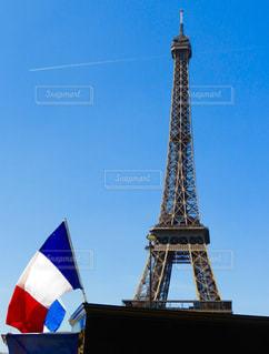 エッフェル塔と飛行機雲の写真・画像素材[1095009]