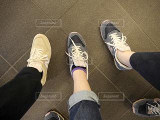 人の足に靴のグループの写真・画像素材[1803573]