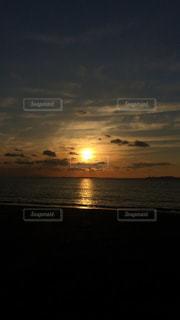 水の体に沈む夕日の写真・画像素材[1290724]