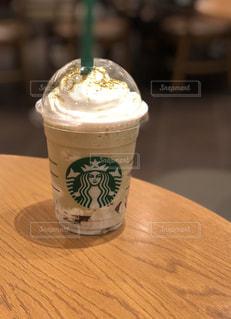テーブルの上のコーヒー カップの写真・画像素材[1411047]