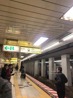 電車の駅で待っている人々 のグループの写真・画像素材[1703963]