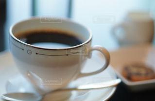 テーブルの上でコーヒーを一杯飲むの写真・画像素材[2264485]