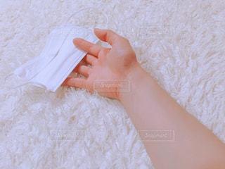 一枚の紙を持っている手の写真・画像素材[1086196]