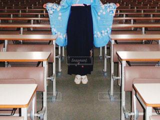 大学卒業の女性と誰もいない教室の写真・画像素材[1096115]