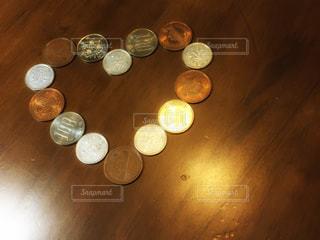 ハート型に並んだ小銭の写真・画像素材[1112816]