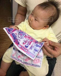 赤ん坊を持っている人と赤ん坊の写真・画像素材[1162218]