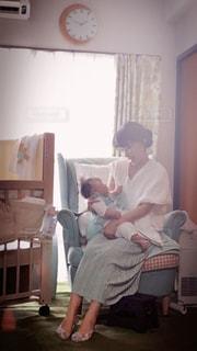 親子,部屋,子供,レトロ,優しい,こどもの日,赤ちゃん,こども,梅雨,母,のんびり,ゆったり,時間,子育て,透明感,しあわせ,ひかり,子どもの日,赤に