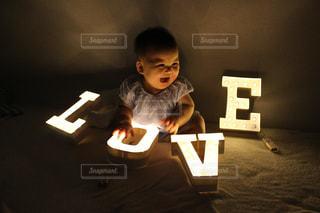 マーキーライトに照らされるにこにこな赤ちゃんの写真・画像素材[1397275]