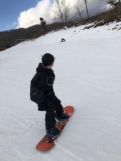 男性,子ども,1人,風景,アウトドア,空,スポーツ,雪,屋外,青空,丘,人物,人,スキー,ゲレンデ,レジャー,スキー場,スノーボード,斜面
