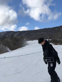 男性,子ども,1人,自然,風景,アウトドア,スポーツ,雪,雲,青空,山,人物,人,ゲレンデ,レジャー,天気,スノーボード,斜面