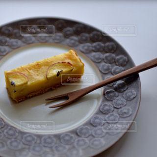 皿の上のケーキの一部の写真・画像素材[841400]