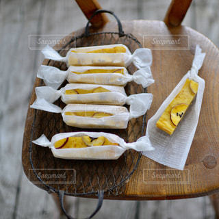木製のテーブルのホットドッグの写真・画像素材[841414]