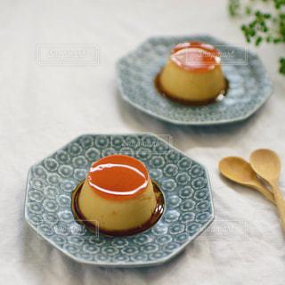 テーブルの上に食べ物のプレートの写真・画像素材[841430]