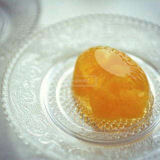 オレンジ ジュースのガラス プレートの写真・画像素材[841499]