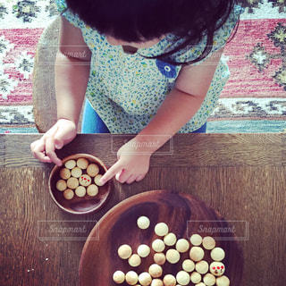 食品のプレートをテーブルに座っている女性の写真・画像素材[841508]