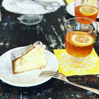 食品とオレンジ ジュースのガラスのプレートの写真・画像素材[927679]