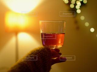 ワインのグラスを持っている手の写真・画像素材[938052]