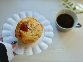 食品とコーヒーのカップのプレートの写真・画像素材[1044778]