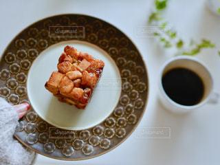 テーブルの上に食べ物のプレートの写真・画像素材[1044787]