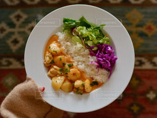 板の上に食べ物のボウルの写真・画像素材[1044788]