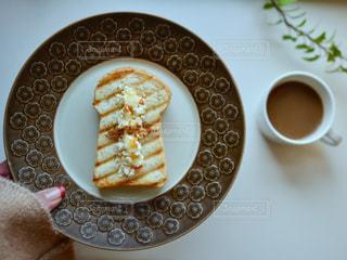 一杯のコーヒーとドーナツ プレートの写真・画像素材[1044796]