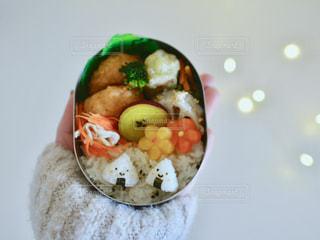 板の上に食べ物のボウルの写真・画像素材[1045414]