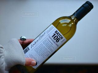 ボトルを持つ手の写真・画像素材[1045415]