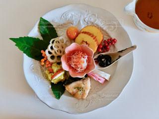 テーブルの上に食べ物のプレートの写真・画像素材[1764505]