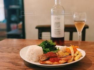 食べ物の皿とテーブルの上のワインのボトルの写真・画像素材[2258929]