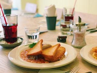 皿の上に食べ物の皿をトッピングしたテーブルの写真・画像素材[2258934]