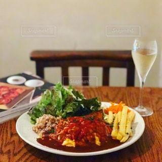 テーブルの上に座っている食べ物の皿の写真・画像素材[2258936]