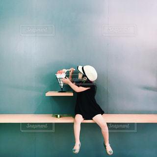 カメラに向かってポーズをとる鏡の前に立つ女性の写真・画像素材[2260442]