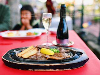テーブルの上の食べ物の皿の写真・画像素材[2260460]