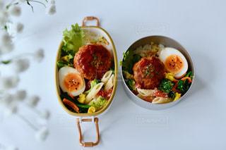 皿の上に食べ物のトレイの写真・画像素材[3133817]