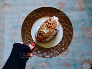 食べ物の皿を持っている人の写真・画像素材[3661302]