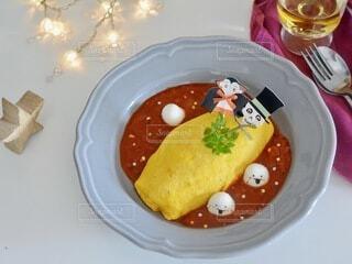 食べ物の皿をテーブルの上に置くの写真・画像素材[3720063]