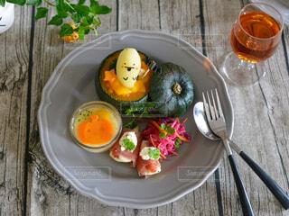 木製のテーブルの上に座っている食べ物の皿の写真・画像素材[3720062]