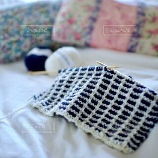 青い毛布付きのベッドの写真・画像素材[3753968]