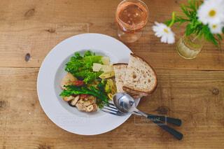 木製のテーブルの上に食べ物の皿の写真・画像素材[4321099]