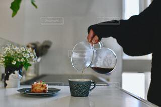 テーブルの上に花瓶を持っている人の写真・画像素材[4321098]