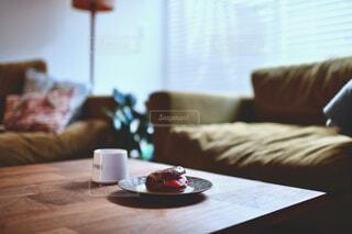食べ物,カフェ,コーヒー,リビング,屋内,花瓶,窓,デザート,テーブル,リラックス,座る,食器,家具,ソファ,おうちカフェ,ドリンク,おうち,ライフスタイル,コーヒー カップ,おうち時間,受け皿