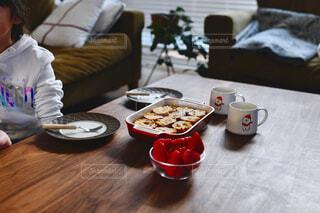 食べ物,カフェ,食事,朝食,屋内,テーブル,人物,リラックス,人,座る,食器,おうちカフェ,ドリンク,おうち,ライフスタイル,ファストフード,スナック,おうち時間