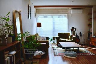 家具と大きな窓でいっぱいのリビングルームの写真・画像素材[4372289]