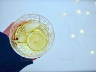 青いボールを持つグラスの写真・画像素材[4716746]