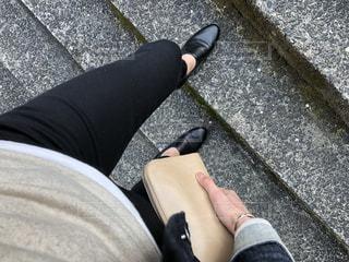 歩道の上に横たわる人の写真・画像素材[1076364]
